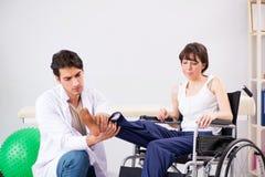 Терпеливый брать в больнице после травмы ушиба стоковая фотография