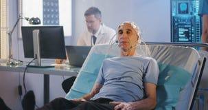 Терпеливый лежать в кровати во время рассмотрения EEG акции видеоматериалы