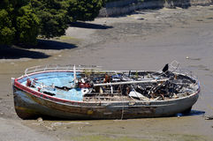 Терпетьая кораблекрушение шлюпка на пляже Стоковое фото RF