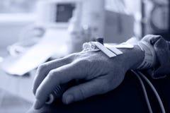 Терпеливейшая рука с иглой для внутривенной капельницы Стоковые Изображения