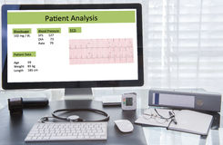 Терпеливый анализ на экране компьютера на рабочем месте доктора Стоковые Изображения RF