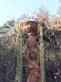 Терракотовая женщина в саде Стоковые Фото