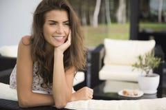Терраса женщины дома стоковое фото