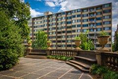 Терраса и здания на полуденном холме паркуют, в Вашингтоне, DC Стоковые Фото