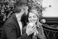 Терраса кафа пар прижимаясь Пары в любов сидят терраса кафа для того чтобы насладиться кофе Приятные выходные семьи Исследуйте ка стоковое фото
