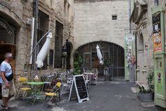 Терраса ресторана в французском городе Pezenas, Франции Стоковое Изображение RF