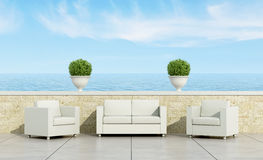 Терраса с белыми софой и креслами Стоковые Изображения RF