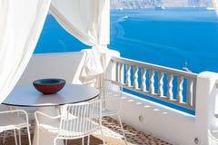 Терраса с взглядом кальдеры в Santorini Стоковое Фото