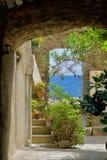 Терраса с зелеными растениями и видом на море Стоковые Фото