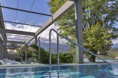 Терраса с sunbeds и открытым бассейном Стоковые Изображения