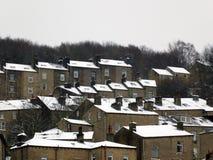Террасные дома предусматриванные в снеге внутри hebden мост Западное Йоркшир Стоковое Изображение
