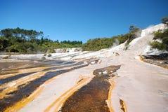 Террасы кремнезема в долине Orakei спрятанной Korako. Северный остров Новая Зеландия стоковая фотография rf