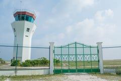Территория авиапорта окруженная с загородкой на тропическом острове Maamigili стоковые изображения rf