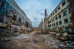 Территория покинутого подрывания промышленной зоны ждать Старье на бывшей фабрике экскаватора Воронежа стоковая фотография