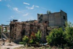Территория покинутой фабрики, старых покинутых зданий, структур металла Стоковые Фото
