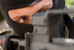 Террорист в черной маске с пушкой стоковое фото rf