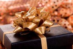 тесемка золота подарка черного ящика Стоковое Изображение