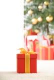 тесемка красного цвета золота подарка коробки милая Стоковые Изображения