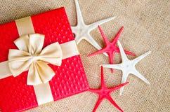тесемка красного цвета золота подарка коробки Стоковое Фото