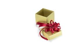 тесемка красного цвета золота подарка коробки Стоковая Фотография