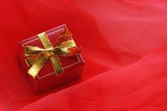 тесемка красного цвета золота подарка коробки Стоковое Изображение