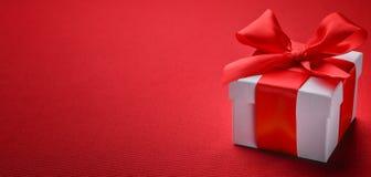 тесемка красного цвета подарка коробки смычка Стоковая Фотография RF