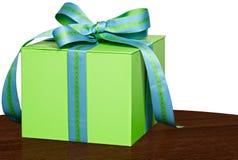 тесемка настоящего момента зеленого цвета подарка голубой коробки стоковые фотографии rf