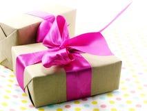 тесемка пинка подарка коробки смычка Стоковое фото RF