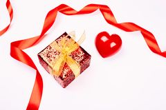 тесемка подарка коробки золотистая красная Стоковые Изображения RF
