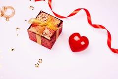 тесемка подарка коробки золотистая красная Стоковая Фотография