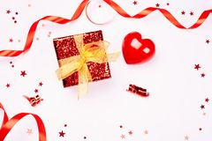 тесемка подарка коробки золотистая красная Стоковое фото RF