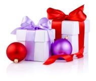 Тесемка 2 белых коробок связанная обхватывает, красный цвет и пурпур Стоковая Фотография