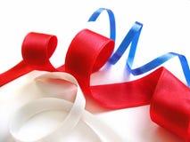 тесемки голубого красного цвета белые стоковое изображение