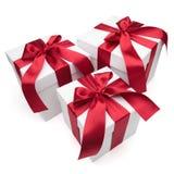 тесемки красного цвета подарка коробок смычков Стоковое Изображение RF