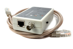 Тестер кабеля сети с кабелем UTP на белой предпосылке Стоковые Изображения RF