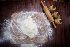 тесто вне прикалывает завальцовку крена тесто хлеба близкое составляя Стоковая Фотография RF