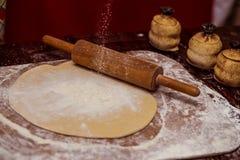 тесто вне прикалывает завальцовку крена тесто хлеба близкое составляя Стоковые Изображения RF