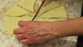 Тесто вырезывания женщины с ножом сток-видео