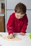 тесто вырезывания печенья Стоковая Фотография