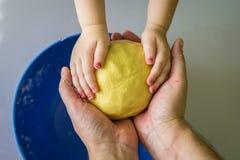 Тесто владением детей и рук папы стоковое фото rf