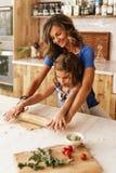 Тесто девушки маленького ребенка замешивая подготавливает для печь печений стоковое фото rf