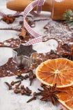 Тесто для печений, специи и ингридиента рождества для печь пряника на старой деревенской доске Стоковое Изображение RF