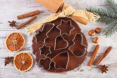 Тесто для праздничных печений, специи и ингридиента рождества для печь пряника Стоковое Изображение RF