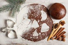 Тесто для праздничных печений, специи и ингридиента рождества для печь пряника Стоковое Фото