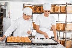 Тесто женского хлебопека анализируя на таблице Стоковая Фотография RF
