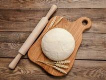 Тесто и уши зрелой пшеницы на борту Стоковое Изображение RF