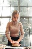 Тесто молодой женщины замешивая для пирога или печений Стоковое фото RF