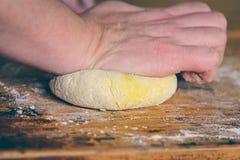 Тесто на деревенской таблице Стоковое Изображение