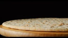 Тесто пиццы на деревянной плите на черной предпосылке Стоковая Фотография