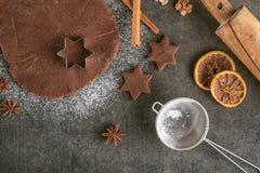 Тесто предпосылки выпечки рождества, резцы печенья с специей, грецкие орехи, апельсины и аксессуары выпечки Осмотрено от выше стоковые фото